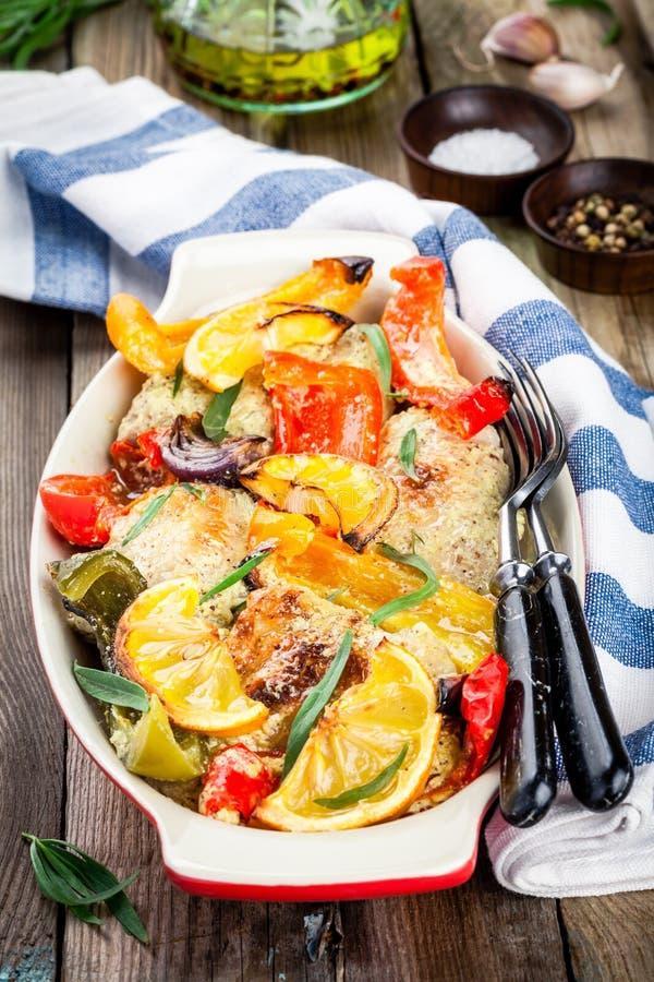 Poulet cuit au four avec le paprika, le citron et l'estragon photos stock