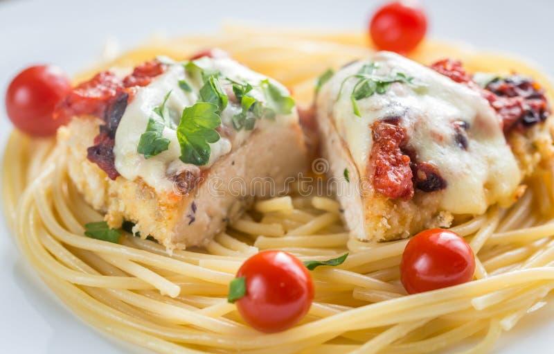 Poulet cuit au four avec le parmesan et le mozzarella photo libre de droits