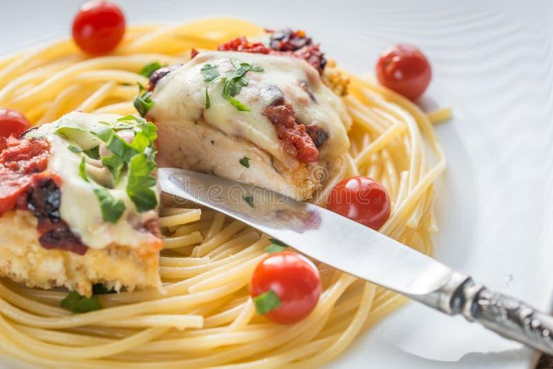 Poulet cuit au four avec le parmesan et le mozzarella image libre de droits