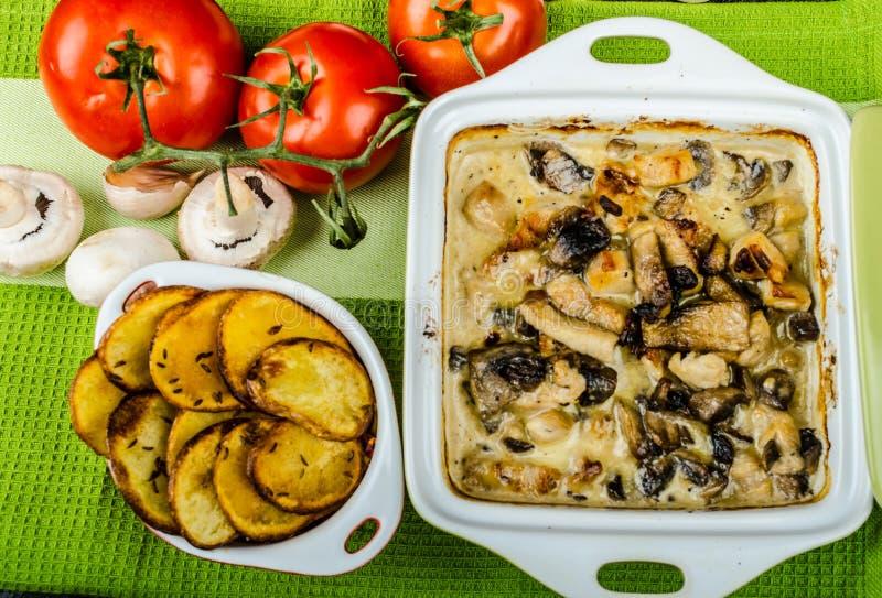 Download Poulet Cuit Au Four Avec Les Champignons Et La Crème Image stock - Image du pizza, repas: 45357623