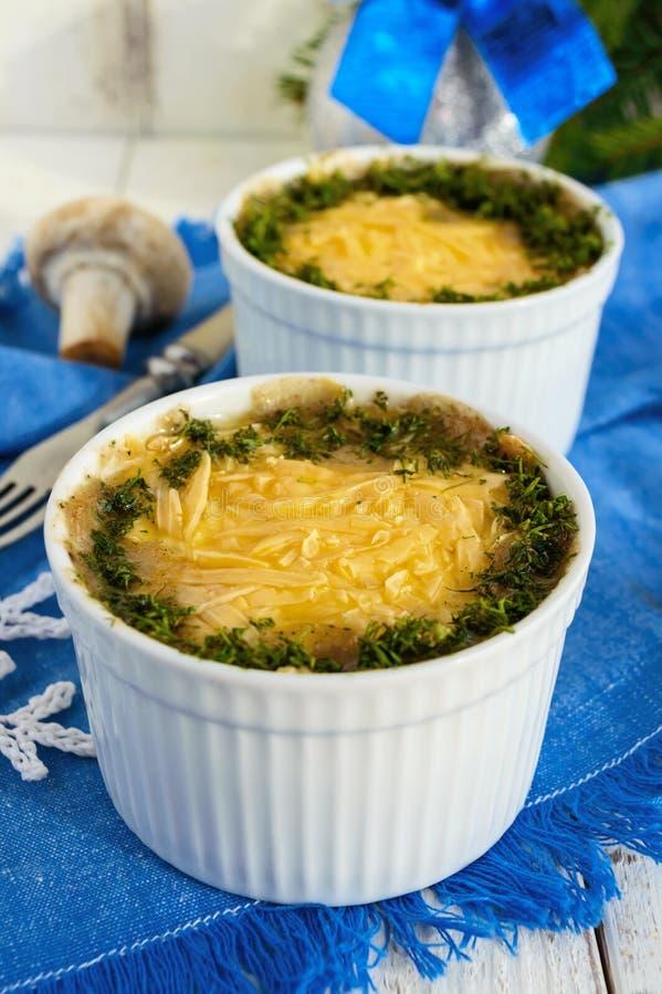 Poulet cuit au four avec les champignons et le ` de Julien de ` de fromage images libres de droits