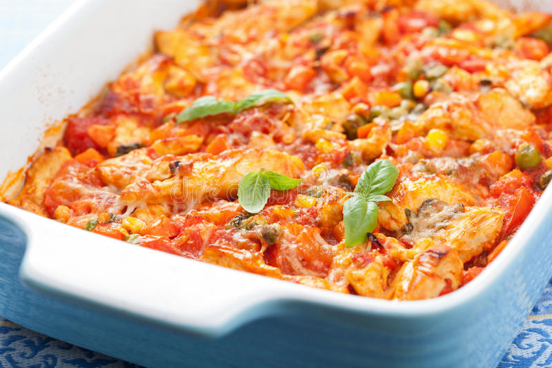 Poulet cuit au four avec des légumes images stock