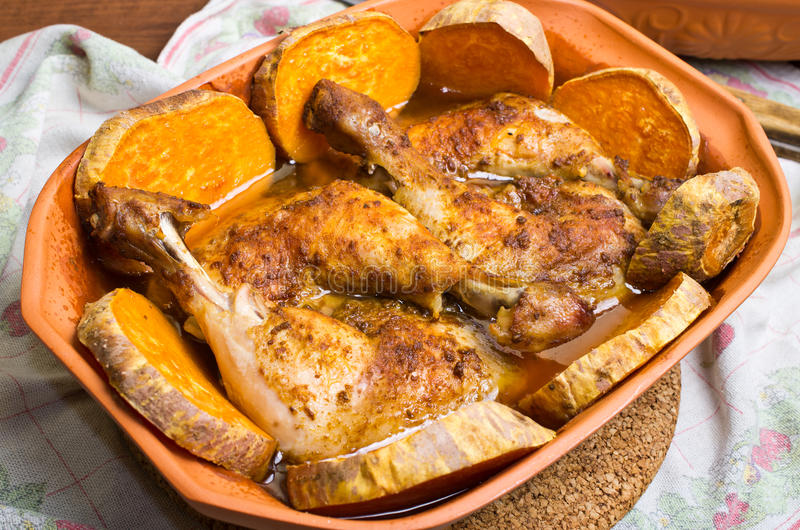 Poulet cuit au four dans le pot romain d'argile traditionnel photo stock