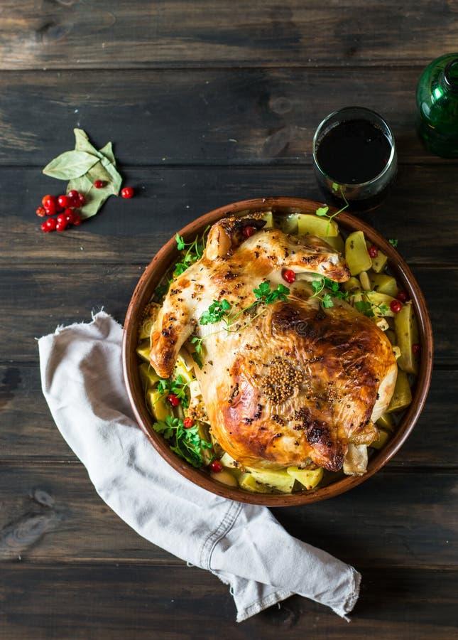 Poulet cuit au four entier avec des champignons et des pommes de terre dans un plat de cuisson sur une table Dinde cuite au four  photos libres de droits