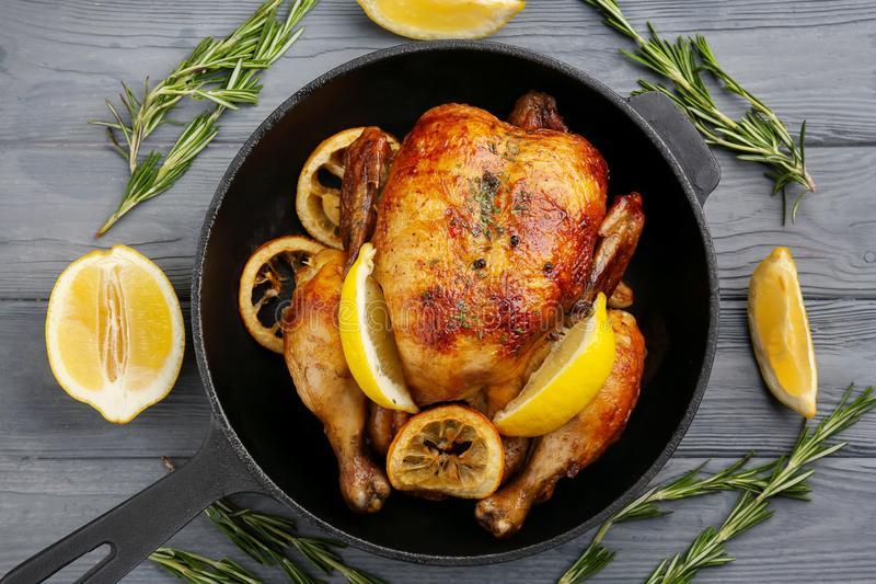 Poulet cuit au four fait maison avec le citron images libres de droits