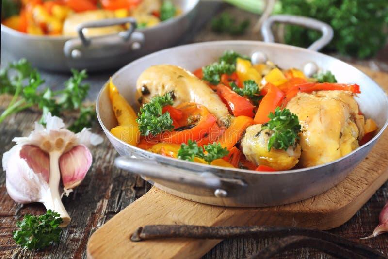 Poulet cuit avec les paprikas, le persil et l'ail photographie stock libre de droits