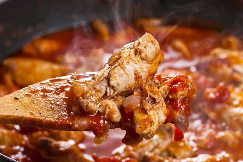 Poulet cuit en sauce tomate photo libre de droits
