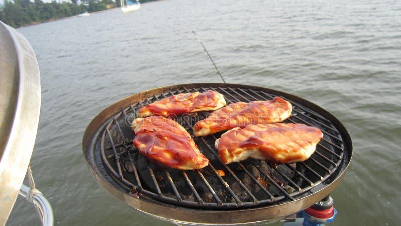 Poulet de barbecue sur le chesapeake photos stock