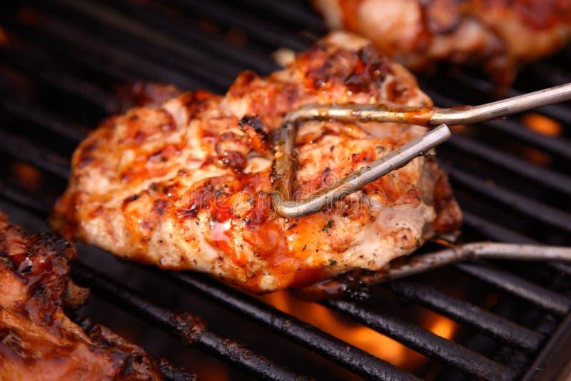 Poulet de barbecue sur le gril photographie stock libre de droits