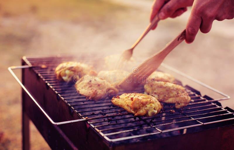 Poulet de barbecue sur le gril image stock