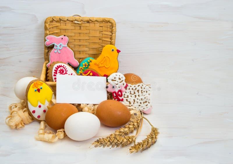 Poulet de biscuit de Pâques, lapin, peu de RAM dans un panier et poulet photo libre de droits