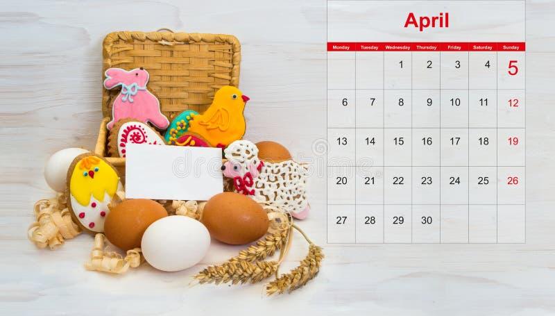 Poulet de biscuit de Pâques, lapin, peu de RAM dans un panier et poulet photos libres de droits