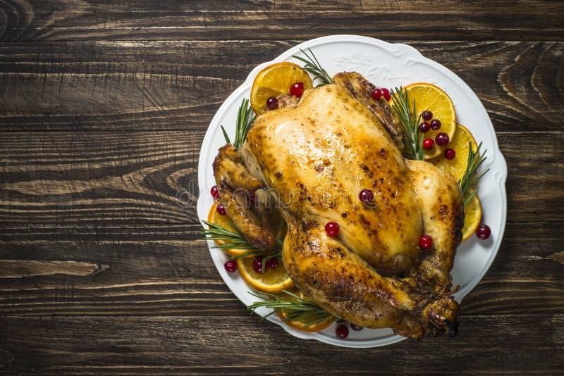 Poulet de Chrismas cuit au four avec la canneberge, l'orange et le romarin Dîner de Noël images stock