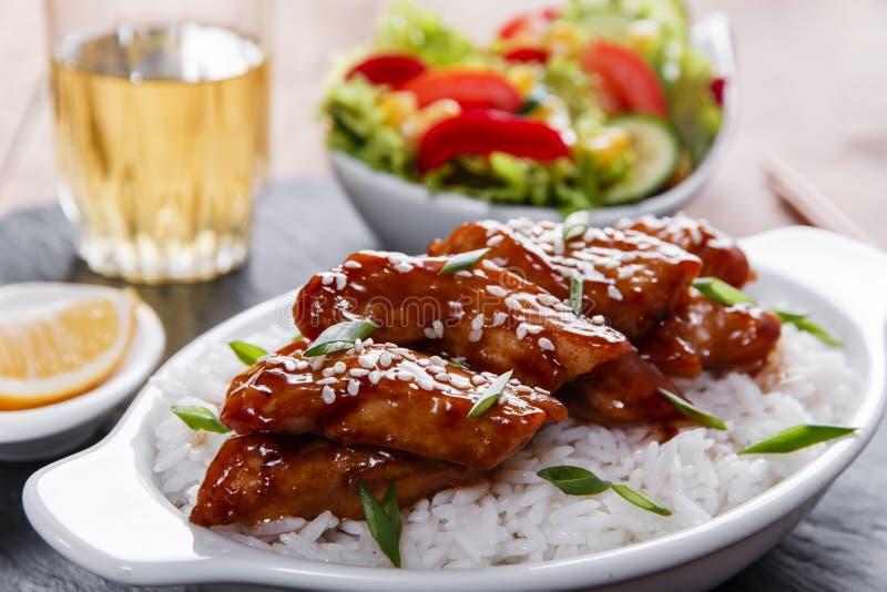 Poulet de Teriyaki avec la cuisine de Japonais de riz et de salade image stock