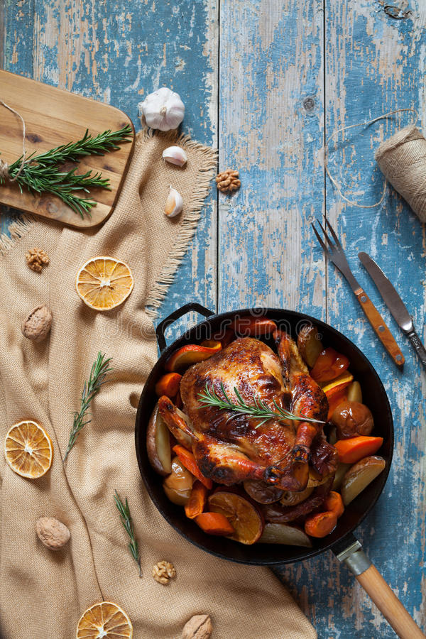 Poulet entier grillé tout entier bourré des légumes et des épices photo libre de droits