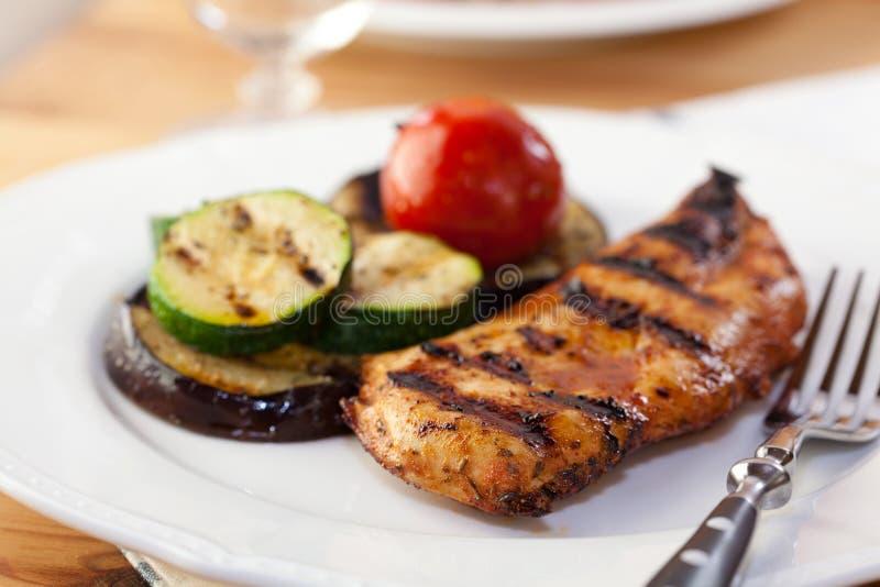 Poulet et légumes grillés images libres de droits