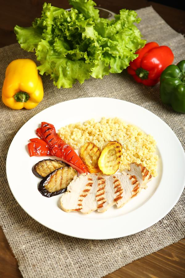 Poulet et légumes grillés avec le bulgur images libres de droits