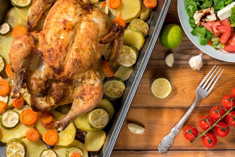 Poulet et légumes rôtis par totalité image stock