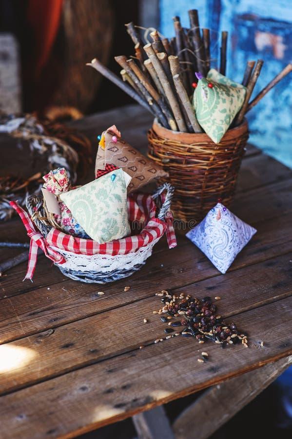 Poulet fait main de Pâques de tissu dans la maison de campagne photographie stock