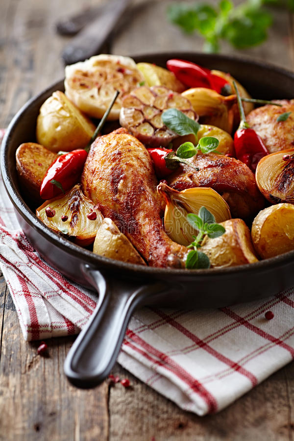 poulet Four-cuit au four avec des légumes et des herbes images libres de droits