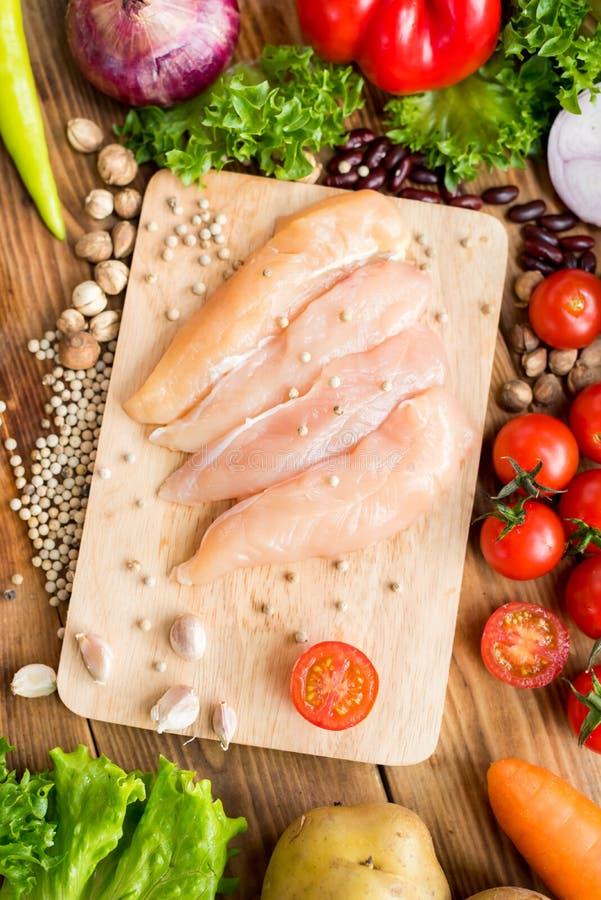 Poulet frais avec de la salade photographie stock libre de droits