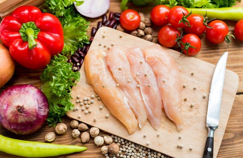 Poulet frais avec de la salade Coloré des légumes organiques frais image stock