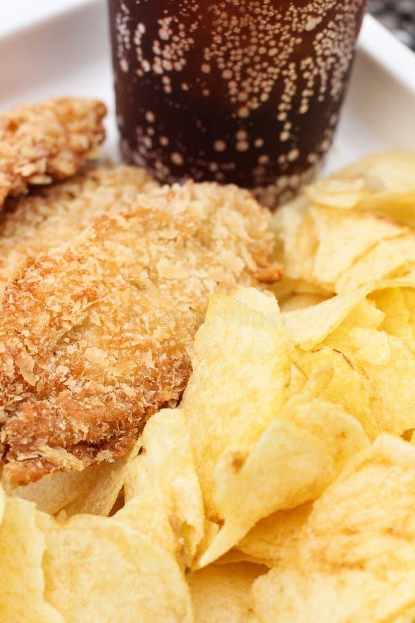 Poulet frit avec des pommes chips images libres de droits