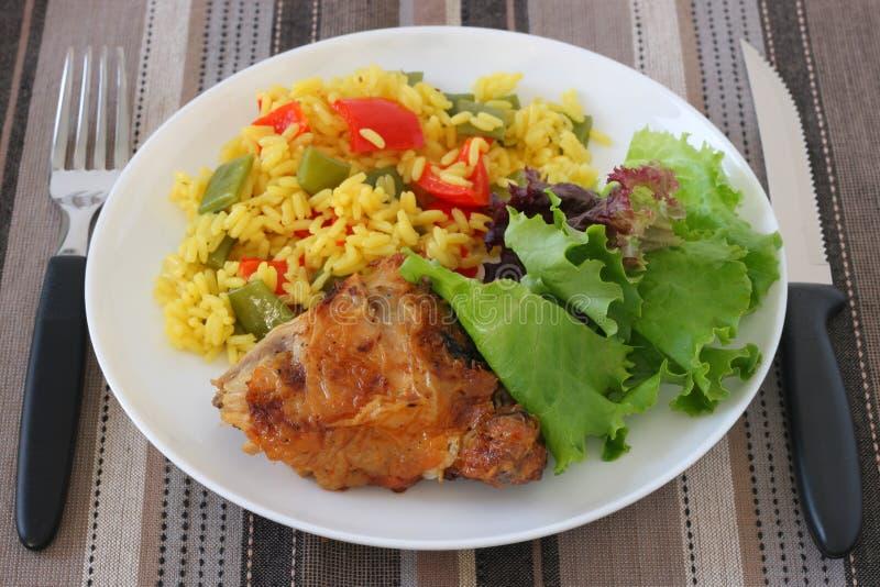 Poulet frit avec du riz et la salade images stock