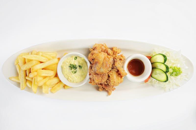 Poulet frit chicharr n de pollo, pépites de poulet frit, pommes frites et légumes avec de la sauce chili photos stock