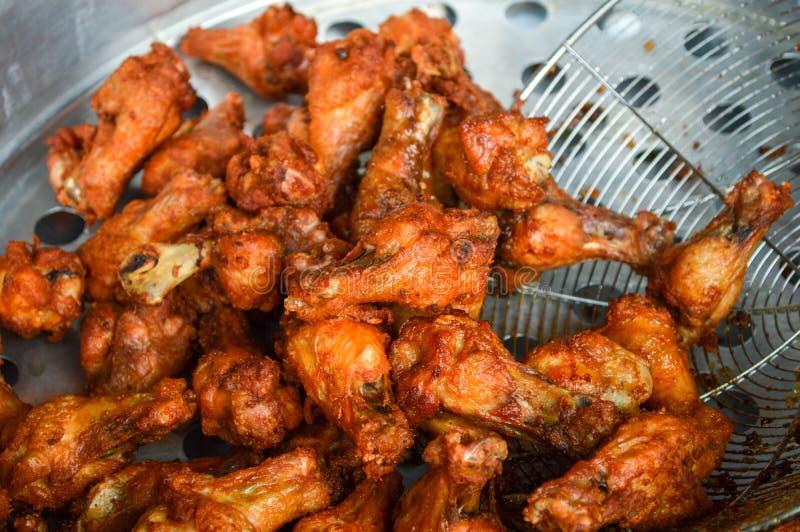 poulet frit, cuisinier dans la cuisine, croustillante avec l'huile végétale photo stock