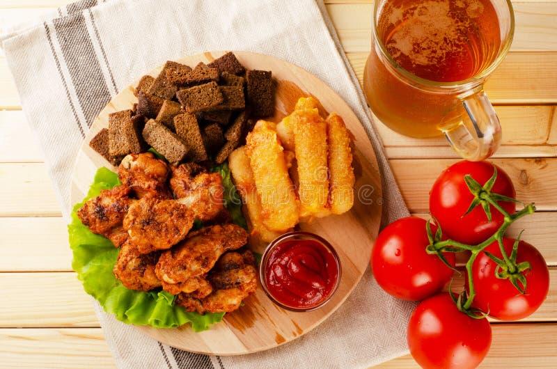 Poulet frit délicieux avec les bâtons, la biscotte, la sauce et le froid de fromage images stock