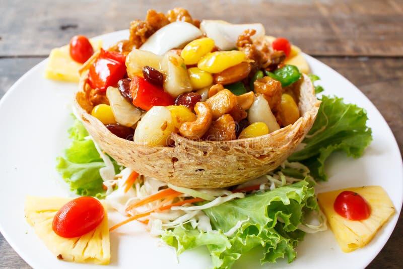 Poulet frit d'émoi avec des noix de cajou images stock