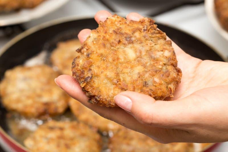 Poulet frit dans une poêle à disposition images stock