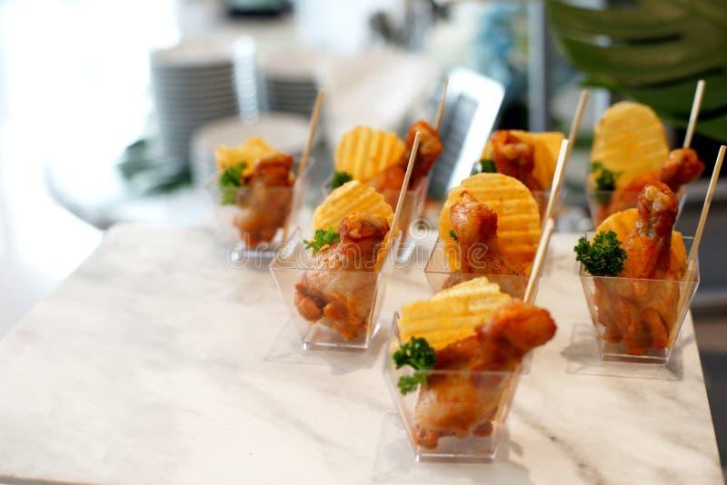Poulet frit et pommes chips dans la petite tasse photos stock