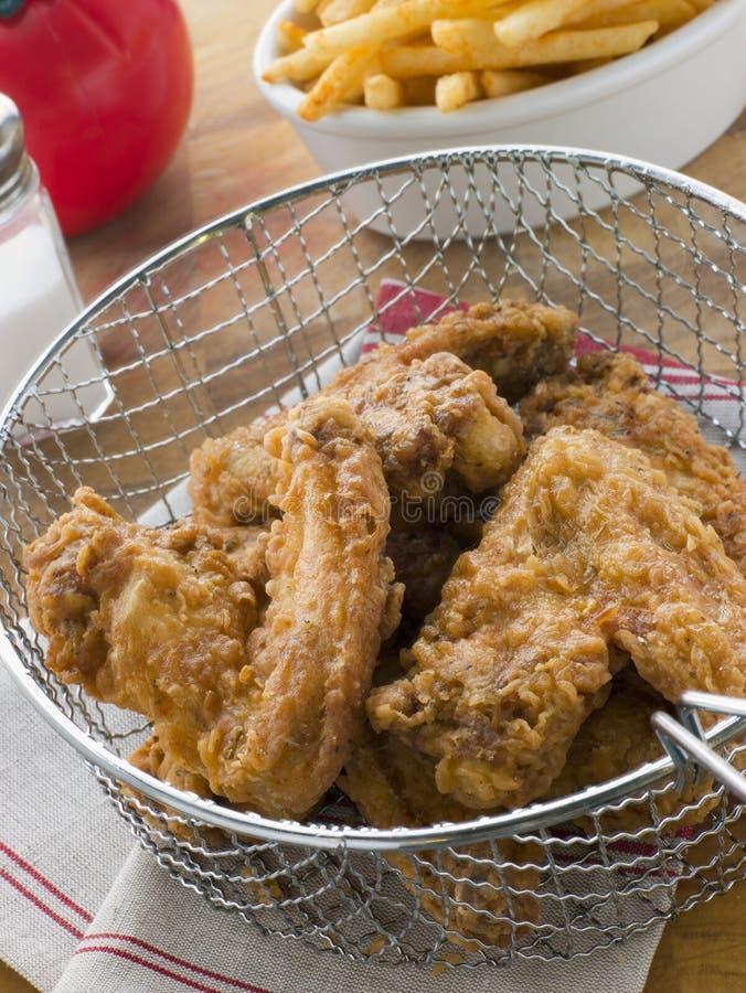 Poulet frit méridional dans un panier avec des fritures photographie stock libre de droits