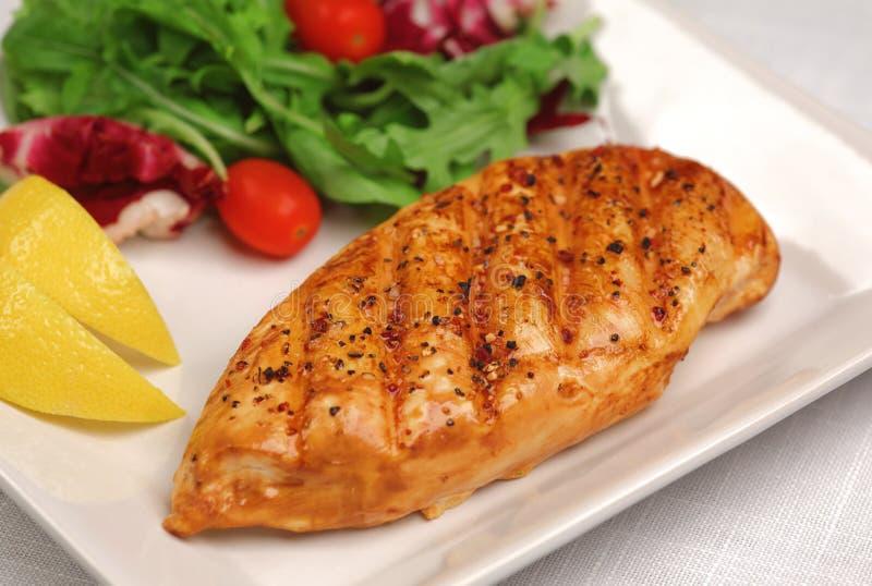 Poulet grillé avec de la salade fraîche photos stock