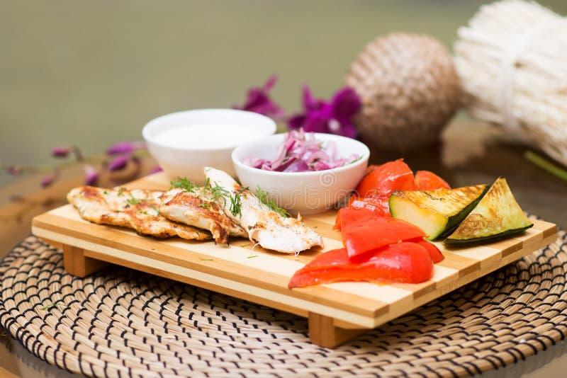 Poulet grillé avec la tomate, aubergine, radis, légumes images stock