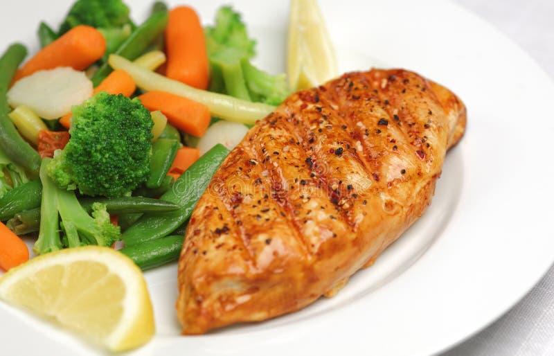 Poulet grillé avec les légumes frais photos stock