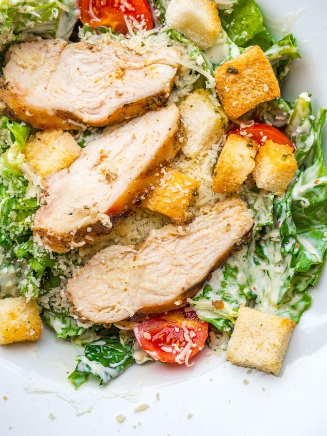 Poulet grillé sain Caesar Salad avec des tomates de laitue de croûtons de fromage photo stock