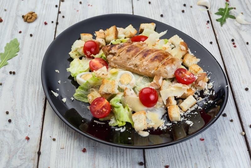 Poulet grillé sain Caesar Salad avec du fromage, des croûtons et C photographie stock libre de droits