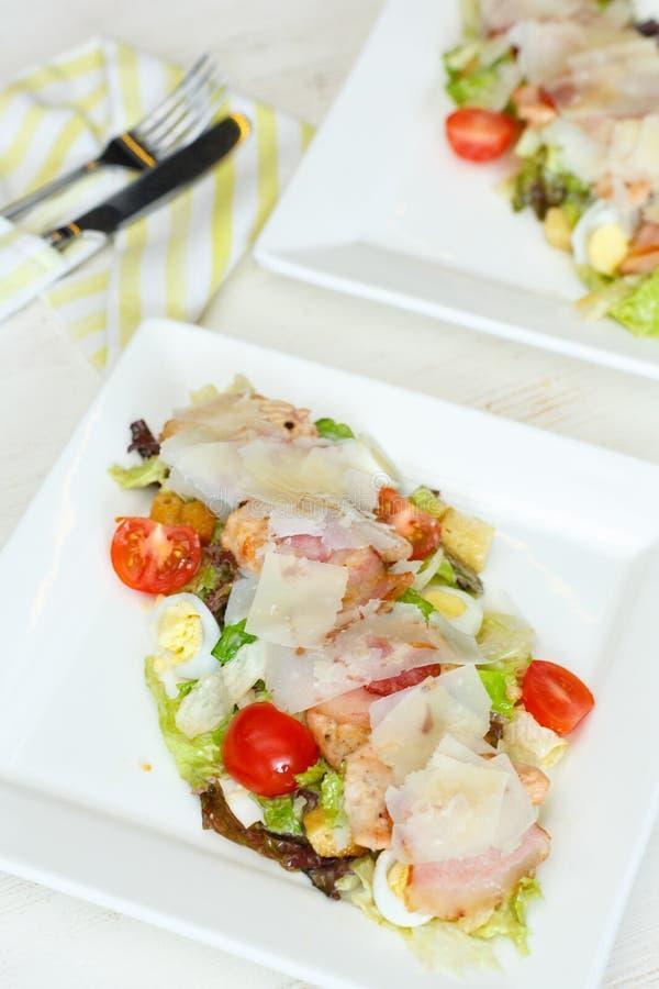 Poulet grillé sain Caesar Salad avec du fromage et des croûtons image libre de droits