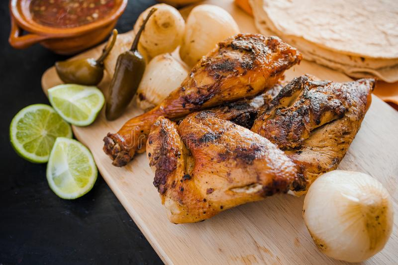 Poulet grillé, tortillas et nourriture mexicaine d'oignons à Mexico photos stock