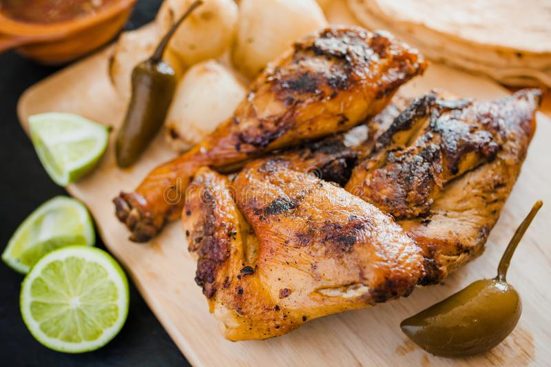 Poulet grillé, tortillas et nourriture mexicaine d'oignons à Mexico photo stock