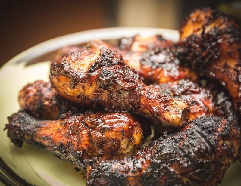 Poulet grillé tout entier avec de la sauce et des épices photographie stock libre de droits