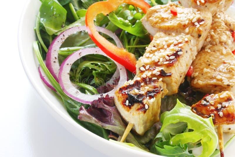 Poulet Kebabs et salade images libres de droits