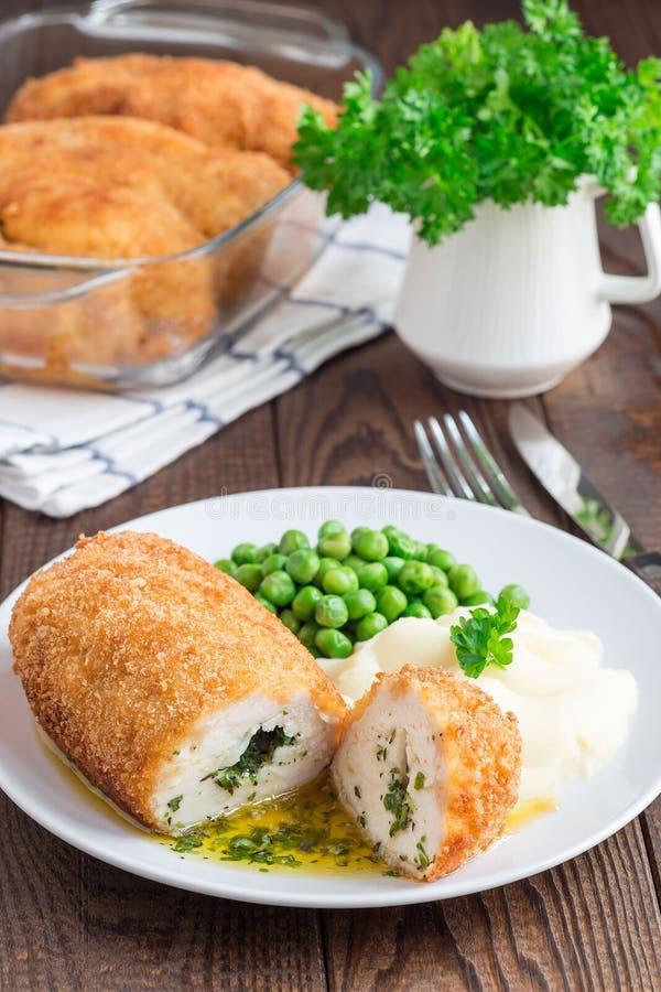 Poulet Kiev, cuisine ukrainienne Côtelette de poulet de Cutted en pain images libres de droits