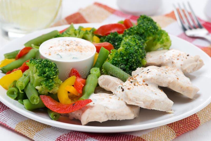 Poulet, légumes cuits à la vapeur et sauce à yaourt image stock