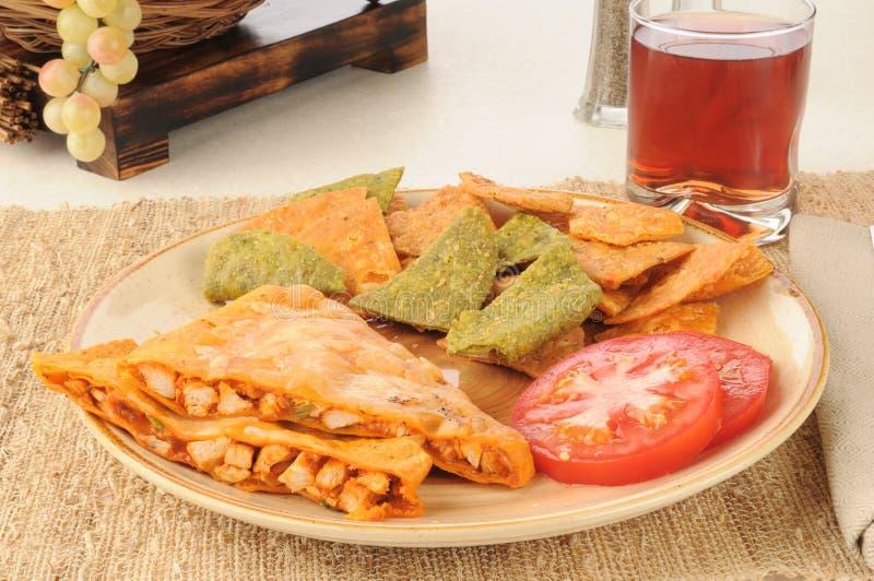 Poulet Quesidilla avec les puces de tortilla végétales photos stock