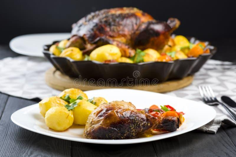 Poulet rôti avec des pommes de terre images libres de droits