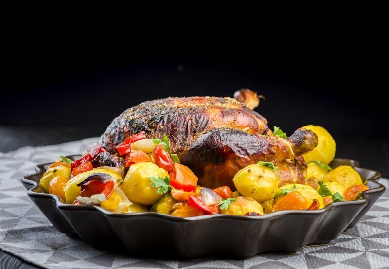 Poulet rôti avec des pommes de terre image libre de droits